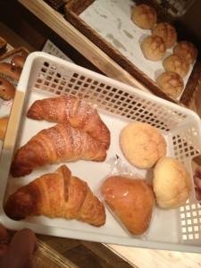 今日買った クロワッサン、メロンパン、栗パン